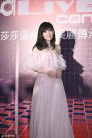 """49岁周慧敏一字肩纱裙现身 美到""""不食烟火"""" - star - 金融期货"""