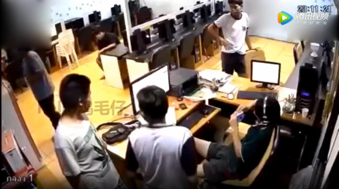 监控实拍泰国中学生暴打网管 只为了几块钱网费?