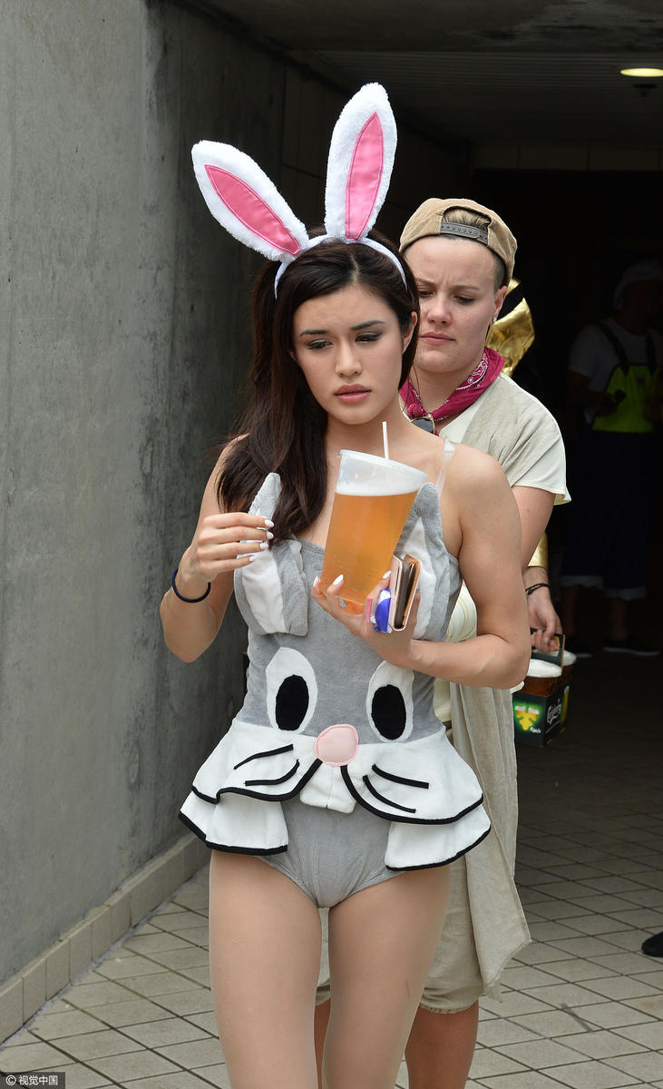 高清:香港橄榄球赛美女球迷云集 兔女郎走红