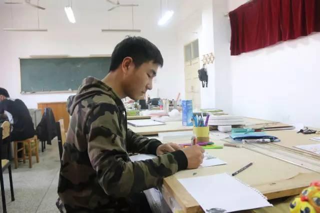 高校男生用圆珠笔作画 临摹名画很惊艳