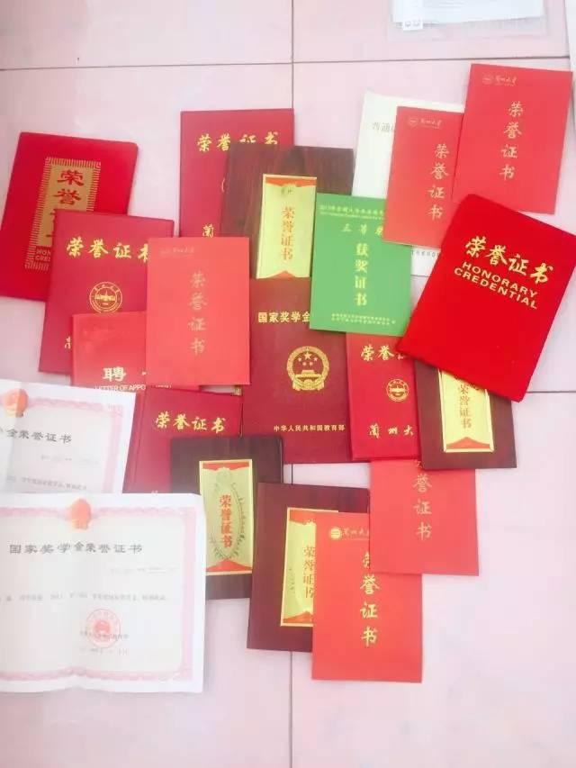 学霸女神连获四年国奖 证书拿到手软