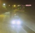 大货车载80吨细沙超限上路 半夜行驶还不打灯