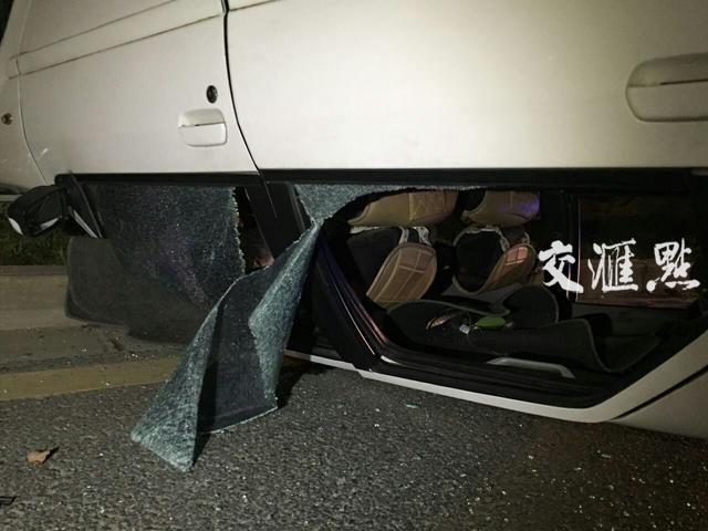 轿车失控撞树翻车 车内5人踹破玻璃自救