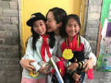 江一燕北川支教与学生互动 开心地像个孩子