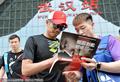 高清:国羽武汉备战亚锦赛 林丹获粉丝索要签名