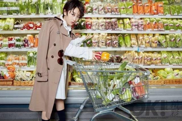 周冬雨爱变身超市女孩