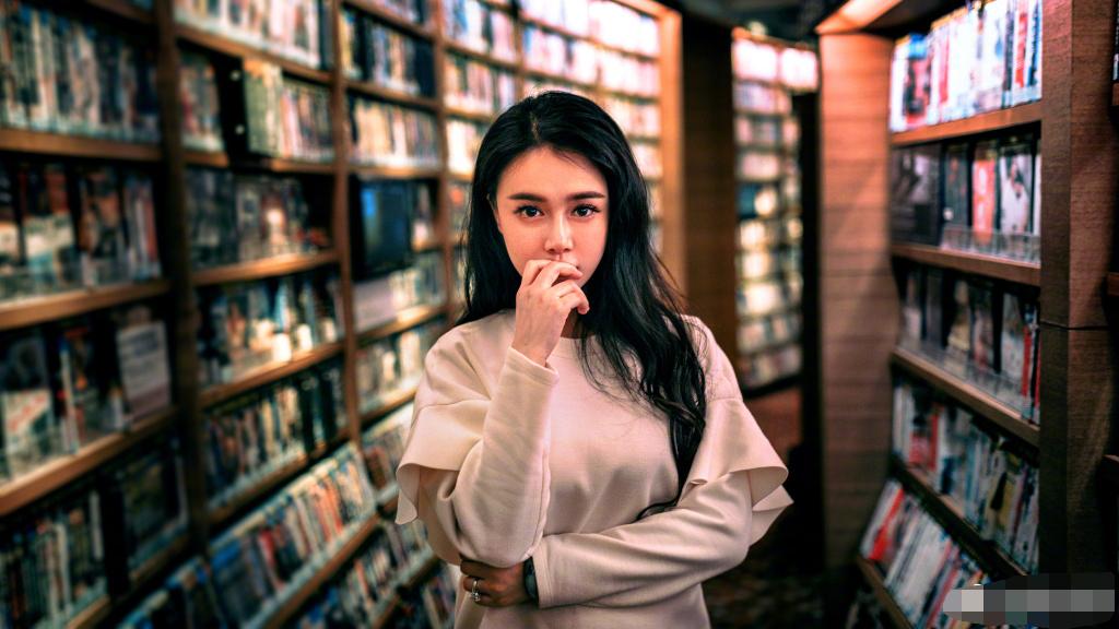 组图:冉莹颖图书馆晒照变学霸 宛若妙龄少女