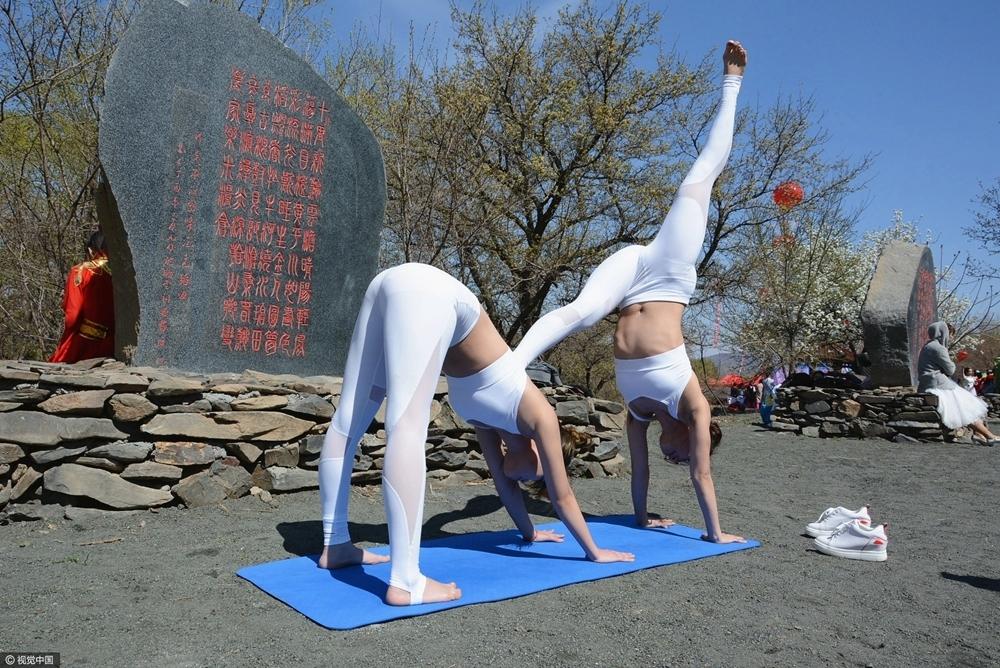 高清:女子公园秀瑜伽 紧身衣出镜引路人围观