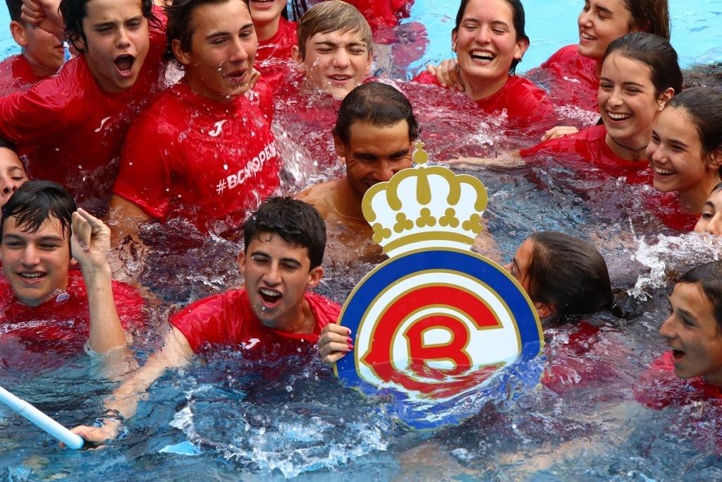 组图:十冠王太兴奋!纳达尔与球童入泳池庆祝