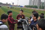 高清:U20领队孙继海接受采访 王大雷熊抱小将