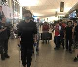 高清:杨旭拄双拐前往德国疗伤 爱妻全程陪同
