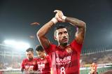 高清:曾诚拥抱于汉超 暴力鸟鼓掌向球迷致谢