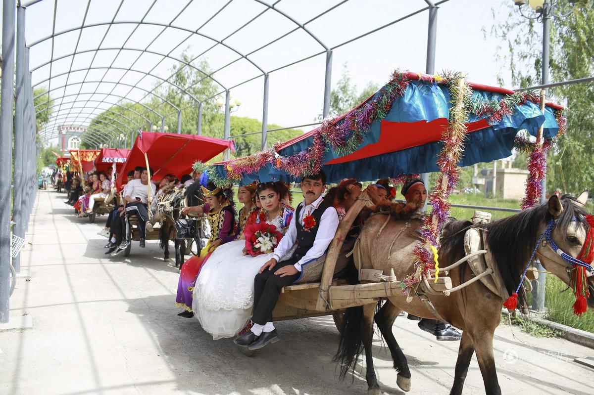 维吾尔族婚礼真拉风 14辆马车载娇美新娘2017.5.25 - fpdlgswmx - fpdlgswmx的博客