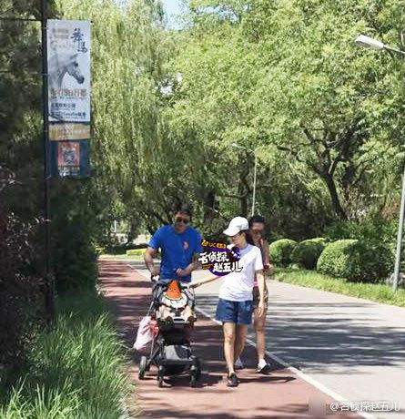 章子怡携女儿逛公园 蹲地逗醒醒母爱满满 (组图)