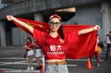 高清:恒大球迷场外集结 美女披国旗比心示爱