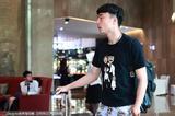 高清:李磊受伤退赛启程返京 落寞背影显孤独