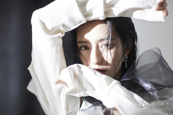 佟丽娅薄纱拍大片 轻松驾驭优雅风格仿佛蕴藏着无数故事