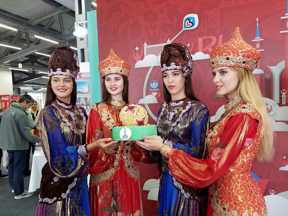 鞑靼族美女献舞联合会杯 足球元素美食飨宾客
