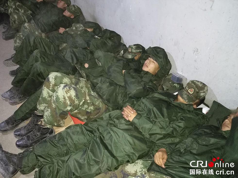 四川茂县山体滑坡:武警官兵大衣当被 板凳当床