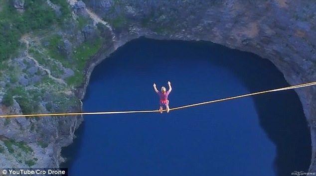 组图:惊险!奥地利六位超胆侠250米高空走扁带