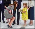 英国王妃半蹲身子接受小女孩献花 姿势迷人