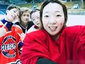 """中国女子冰球队长晒合照 俏皮""""秀肌肉""""(图)"""