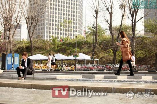 李民浩朴敏英氛围甜蜜 猎人 中享受咖啡约会 高清图片