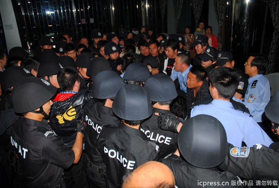 2011年5月24日凌晨,浙江温岭市城东街道酒店命案现场,2名被害人的尸体被抬出酒店大堂。(版权图片,请勿转载)
