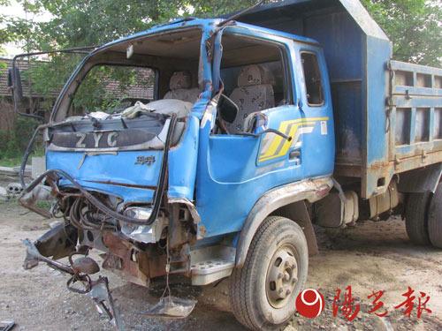 开发商强挖祖坟打伤老妇村民4车堵路被铲翻