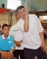 组图:姚明探望特殊儿童献爱心 篮球传递关怀