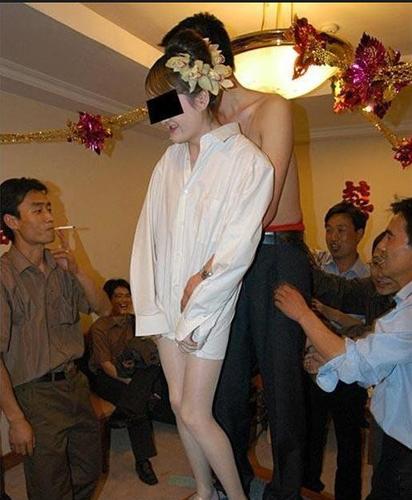 闹伴娘视频衣服扒掉了