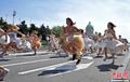 婚纱新娘街头狂奔
