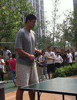 组图:姚明拍摄全民健身宣传片 上阵打乒球