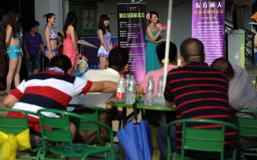 武汉举行富豪相亲会 美女身着比基尼同台竞艳 - 零起点 - 零起点的博客