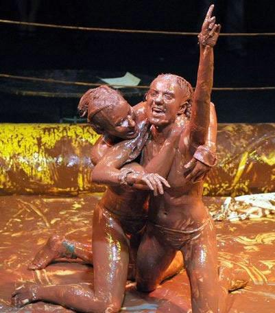 组图:国外美女巧克力摔跤赛