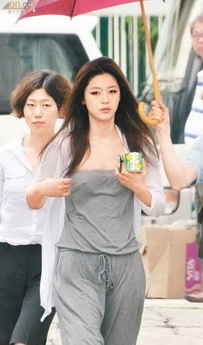 香港 韩国女星全智贤秘密前往香港拍摄新片,昨天中午穿运动便服