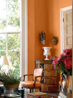 权贵都喜欢用以装点自己的居室.休闲室选用鲜艳桔色椅子和墙壁
