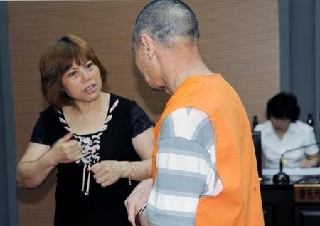 聋哑人受审 法庭请来手语 翻译官