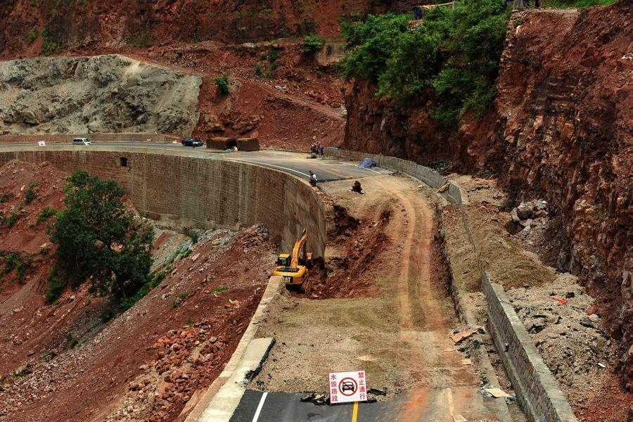 ...8日,新三公路坍塌事故现场,新三公路在6月27日试通车第二天即...图片 166892 900x600