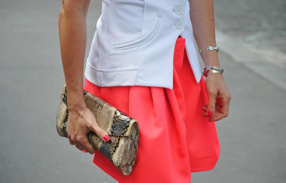人配人种-蛇皮纹是手包设计中大爱的材质,米色配黑纹的色皮花纹给人一种舒适