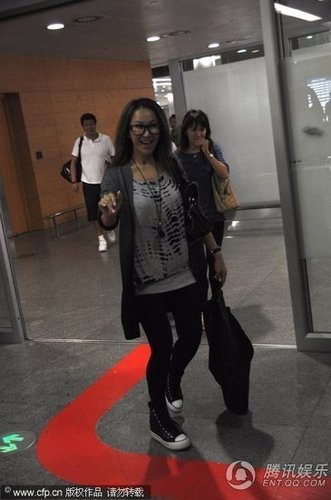 亚洲bt黑丝足交_组图:李玟素颜现身机场 笑脸对粉丝亲和力足