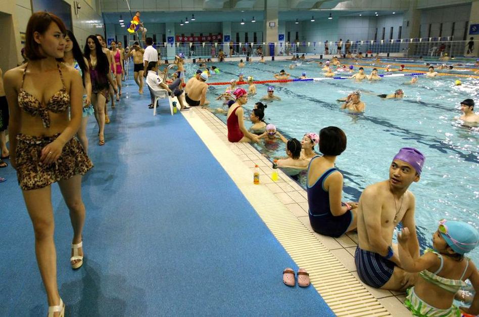 游泳馆上演泳装秀 男游客目不转睛