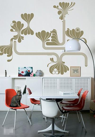 墙壁上繁复造型的金色花形图案,能很好地延续简约主义的线条美,