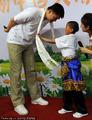 组图:姚明出席慈善夏令营 纯真小朋友献哈达