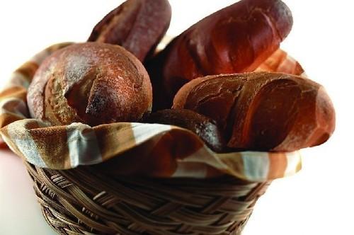 5、黑面包白面包不够健康,全麦面包口感又不好,那就试试黑面包.