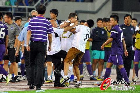组图:皇马天津战全场沸腾 疯狂球迷冲进场内