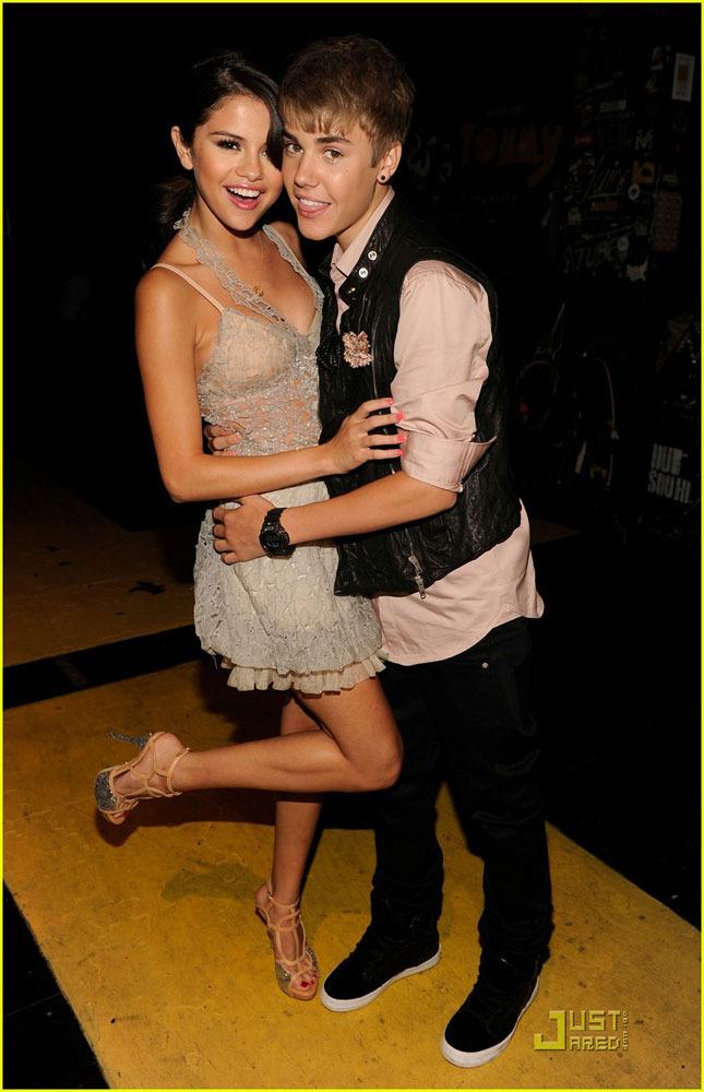 2011全美青少年选择奖 贾斯汀亲吻女友图片