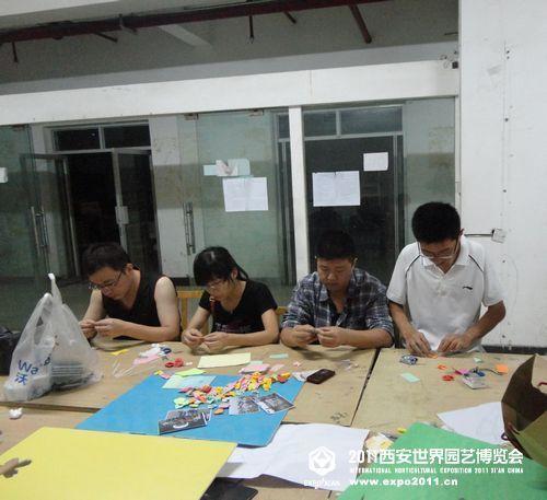 组员利用下班时间制作手工艺品