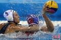 高清:深圳大运女子水球比赛 美国激战胜法国
