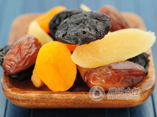 过脱水和秘制,热量和含糖量都高过鲜水果5~8倍.如果50克的鲜葡